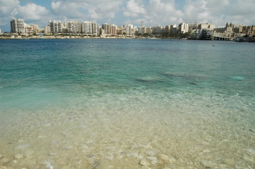 そしてその青い海に浮かんでいるのがマルタ独特のLuzzuと呼ばれるカラ... マルタの街並み そ