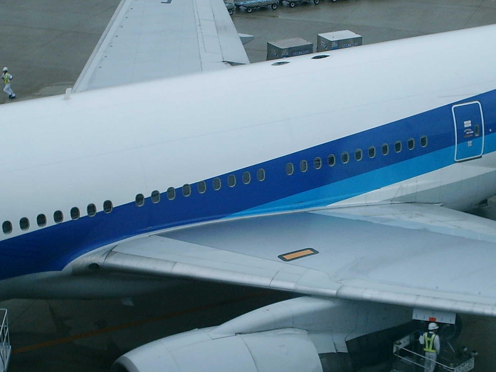 主翼付根です。エンジンです。 こつこつ旅客機。