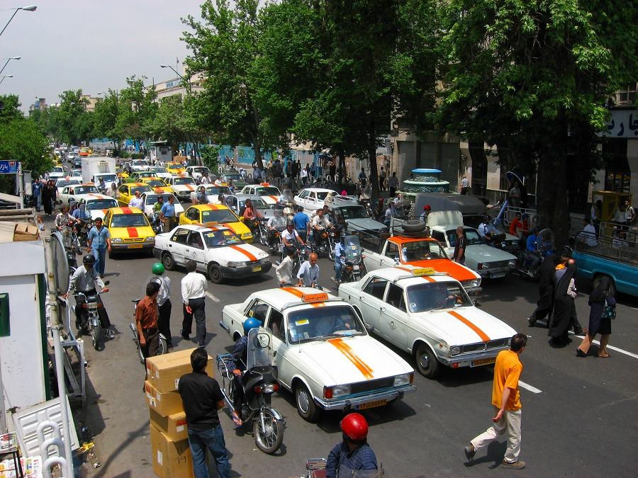 バザールの前。手前の黄色いお兄さんのようにして道路を渡るのがイラン流(≒... イラン テヘラン