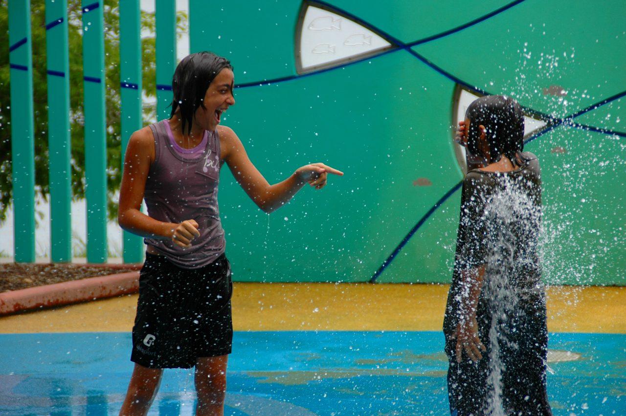 水遊びをしてる子供たちを ... : 幼児 水遊び : 幼児