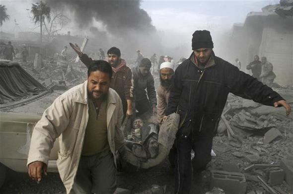 イスラエルの空襲で阿鼻叫喚の地と化したガザ地区南部ラファで27日、パレス... イスラエル、ガザ
