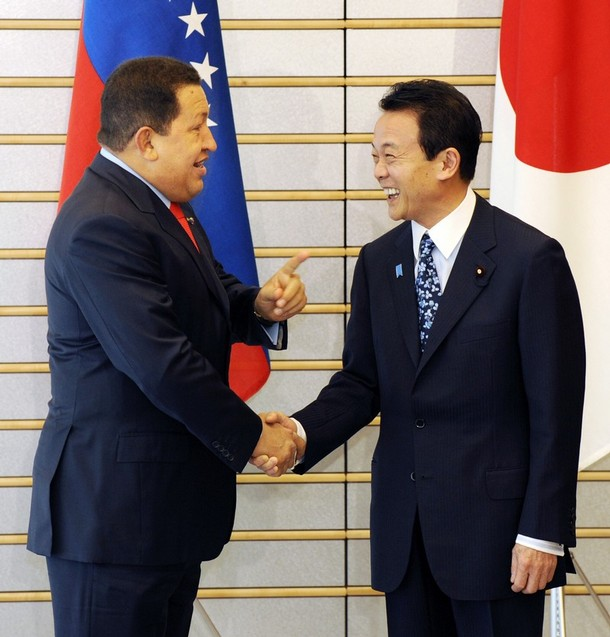 4月6日、ベネズエラ・ボリバル共和国のチャベス大統領と麻生太郎総理大臣。... ベネズエラ・ボリ