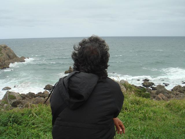 昨年のトレッキングで、大須賀浜手前のベンチで海を眺める椎名さん昨年の様子... たねブロ(青森県