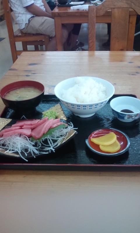 空腹に耐えかねて、小川魚市場で腹ごしらえ。これから焼津港を車でひた走りま... がんばれ!&am