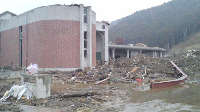 玄関ホールの屋上に津波が持って来たと思われる漂流物があるのが分かる。 こ...  この国は少し変