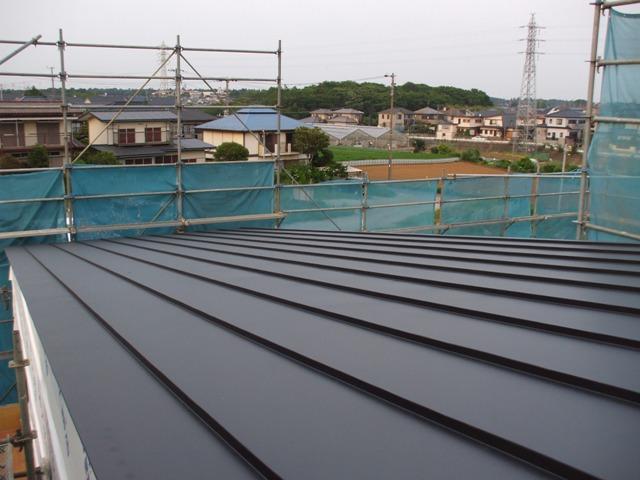 屋根の色は黒です。この家の外壁はガルバリウム鋼板の黒色を使う予定ですので... 屋根の工事が終わ
