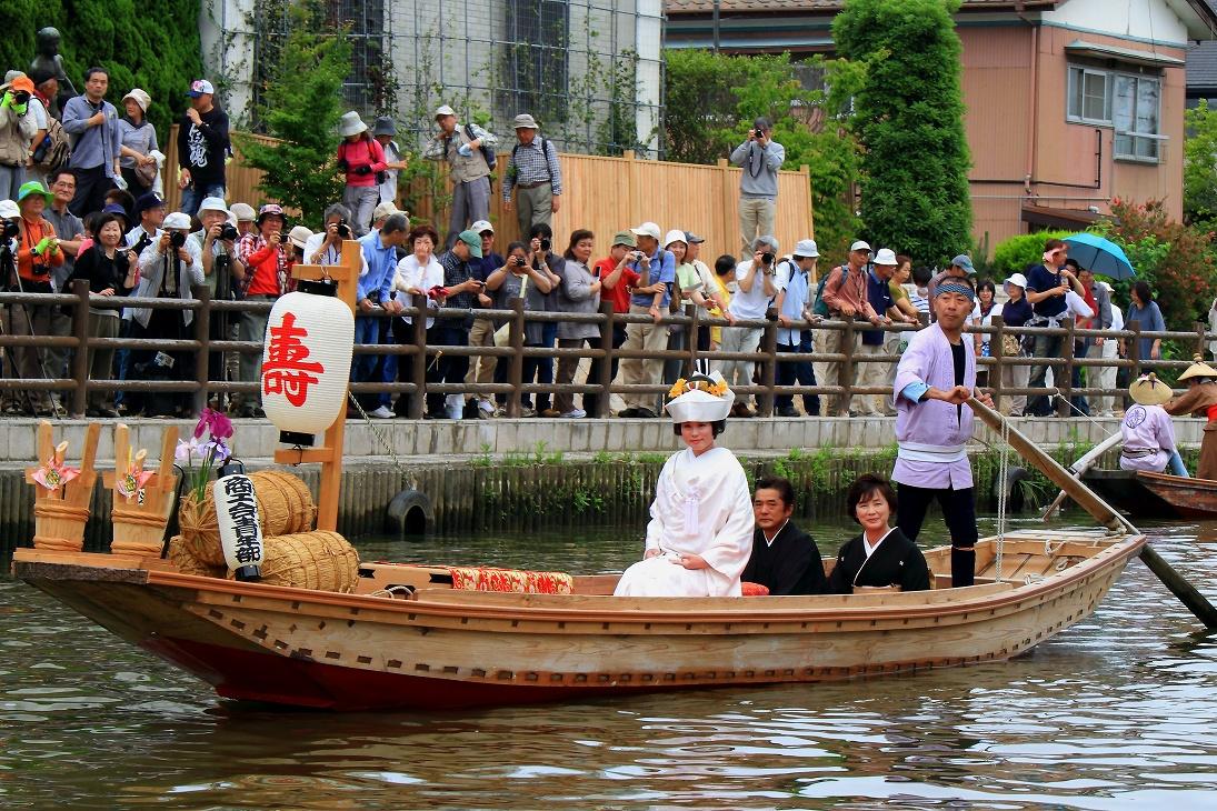 娘船頭さんの嫁入り舟は、初めて見ました。お婿さんの待つ舟着き場に着くと、... 水郷潮来嫁入り舟