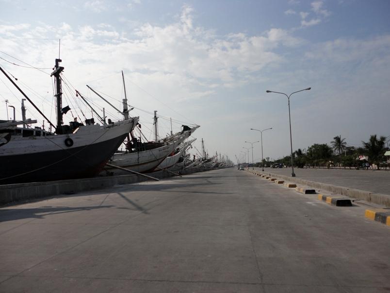 港の先端まで行き、折り返したところで、大きなレンガ造りの建物が見えてきた... UnoMinのイ