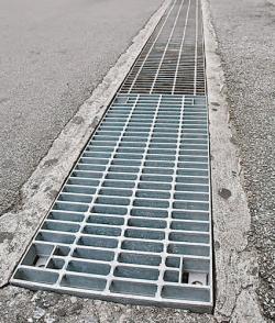 道路の側溝の中に潜り込みあおむけになって、ふたの穴から通行中の女性のスカートの中をのぞき逮捕